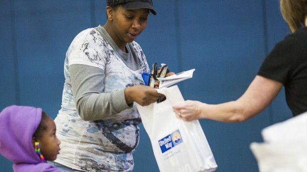 Alcaldía de Flint entrega filtros de agua gratuitos.