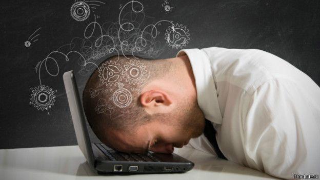 Hombre apoya la cabeza sobre una laptop