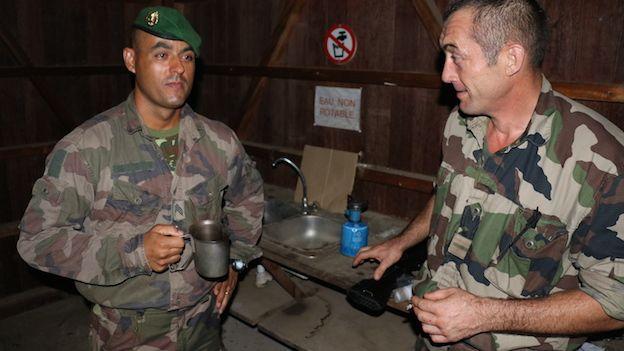 Dos legionarios extranjeros conversan durante una misión en Kourou c3456193af1