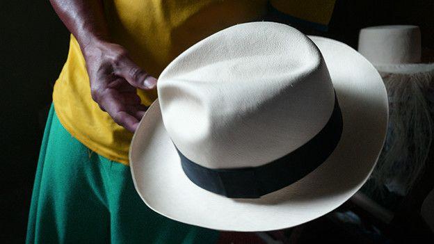 El pueblo ecuatoriano donde se tejen los sombreros más finos y caros ... 63a1efa45e5