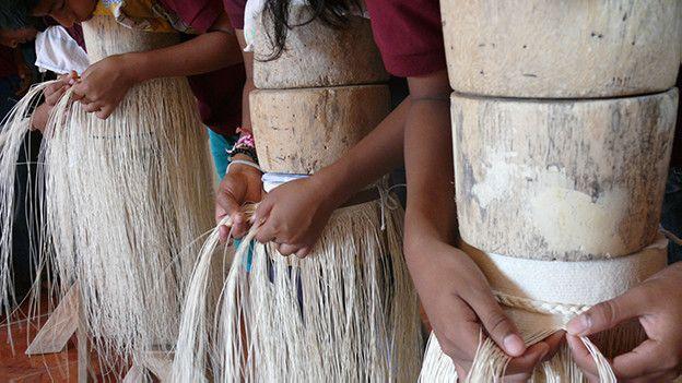Alumnos tejiendo sombreros Image caption Alumnos tejiendo sombreros finos de  ... f397ae744bb