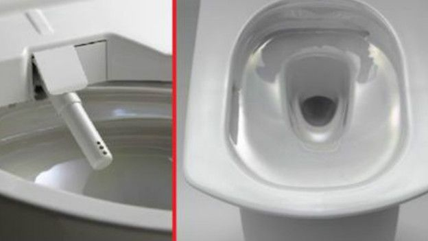La sirvienta limpia el inodoro