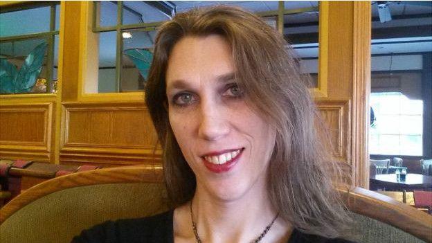 Одна женщина и два трансвестита 2