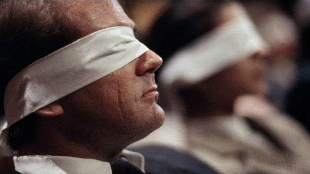Un hombre con los ojos vendados