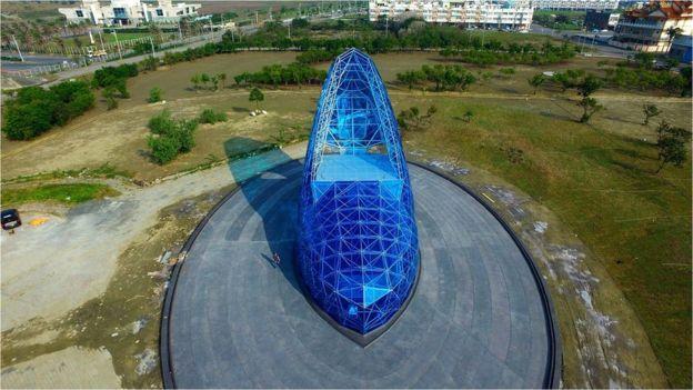 14be4f37dc378 Taiwan inaugura igreja em forma de sapatinho de cristal 'para atrair ...