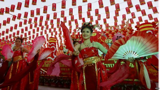 ديك منحوت احتفالا برأس السنة الصينية الجديدة