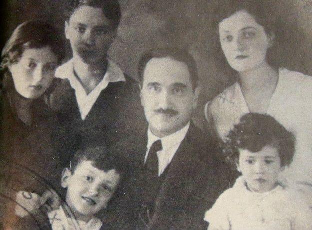 Camilo Torres (derecha, abajo) y su familia en los 30