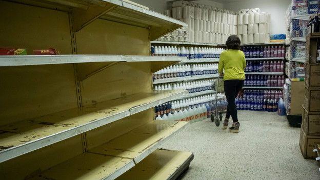 Anaqueles vacíos en un supermercado en Venezuela.