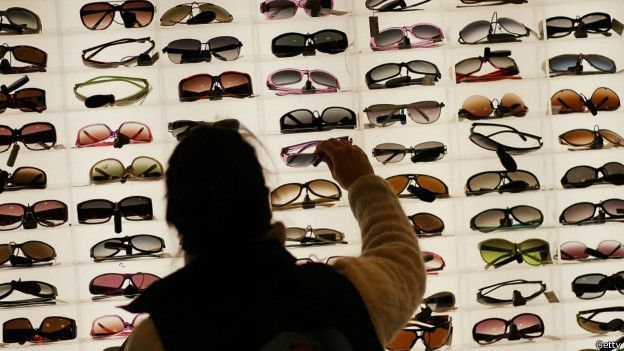 d8bd74ca4da17 Image caption Os especialistas recomendam comprar óculos de sol em uma ótica