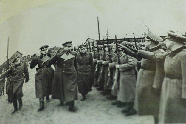 Народный собор заподозрил экстремизм в диссертации по истории  Генерал Андрей Власов вместе с германскими офицерами принимает парад Русской Освободительной Армии