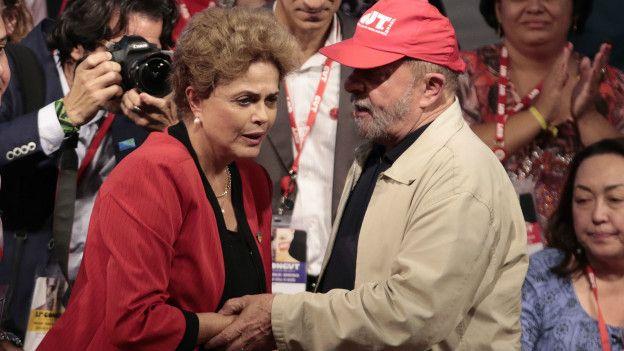 Presidenta brasileña Dilma Rousseff saluda a su antecesor Lula da Silva en un acto  político.