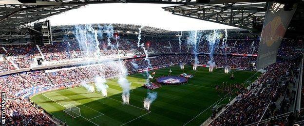 Image caption El partido entre London Irish y Saracens se jugó en el campo  del club de fútbol de la MLS a5dfad72883