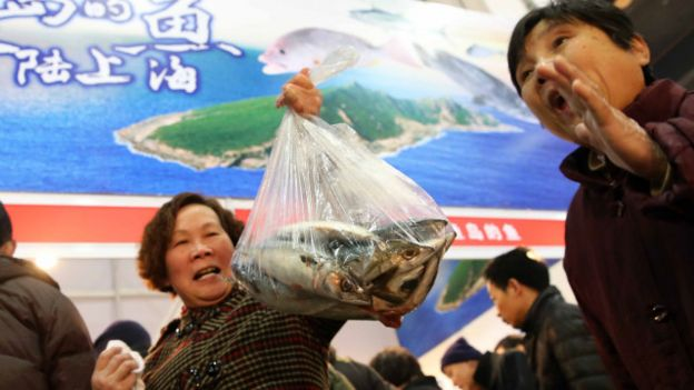 Una mujer con una bolsa de pescado