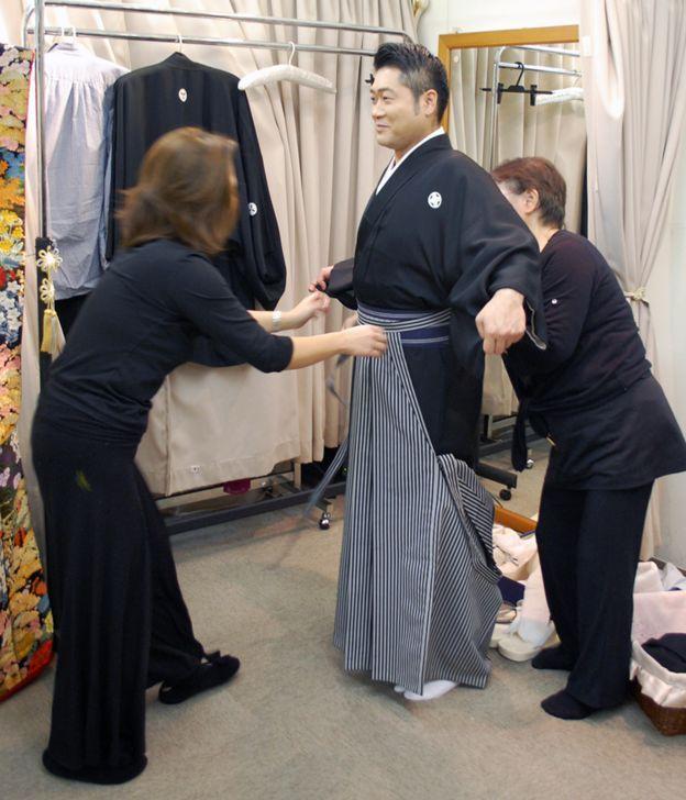 Mặc trang phục truyền thống cho chú rể Nhật