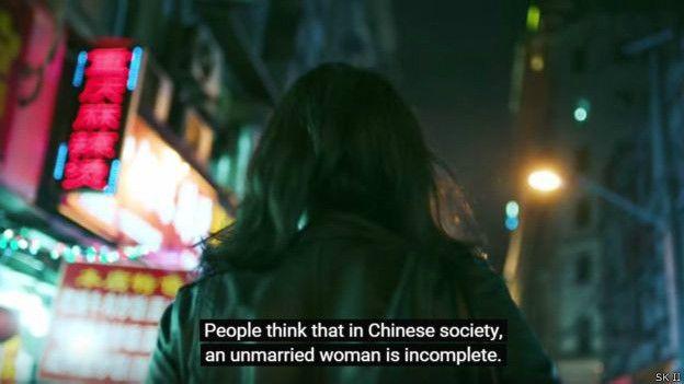 """视频配有英文字幕,介绍了中国的""""剩女"""""""