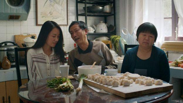 短片也描述了父母对婚姻问题的坚硬立场