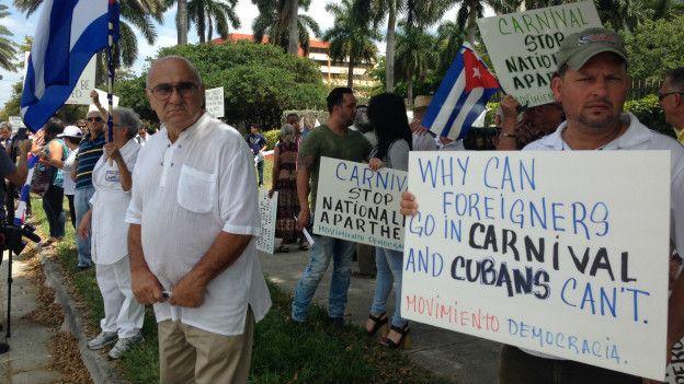 Protesta cubanos frente a Carnival
