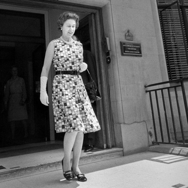 77b96c204a44a Image caption الملكة تغادر مستشفى الملك إدوارد السابع بعد زيارة الأميرة آن،  التي أجرت فيها عملية طارئة.