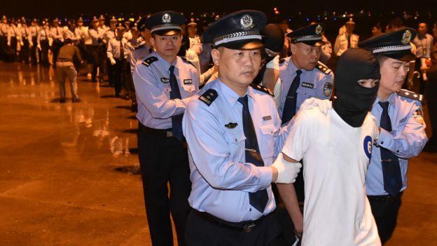97名(中国65名,台湾32名)电信诈骗嫌犯被从马来西亚遣送至中国。
