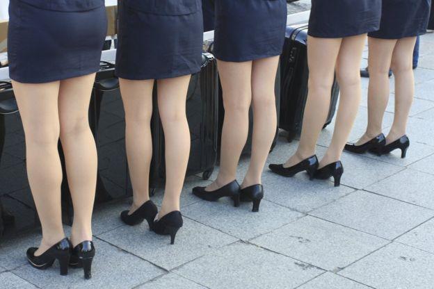 Resultado de imagem para mulher de salto no trabalho
