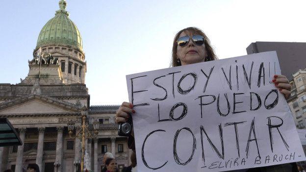 En la marcha #Niunamenos, mujeres y hombres protestaron contra la violencia de género.