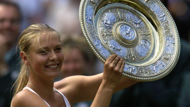莎拉波娃在2004年高舉溫網冠軍獎杯
