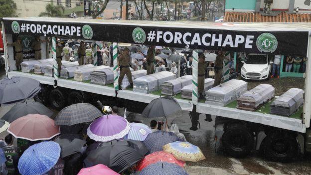 特别改装卡车载着沙佩科恩斯遇难职球员的灵柩穿梭沙佩科市内(3/12/2016)