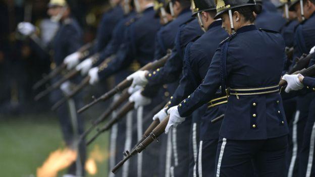 圣卡塔琳娜州武警仪仗队在沙佩科恩斯集体追悼会上鸣枪致哀(3/12/2016)