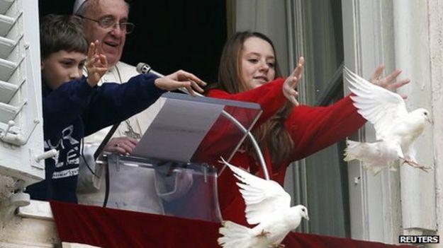El Papa Francisco libera las palomas en El Vaticano