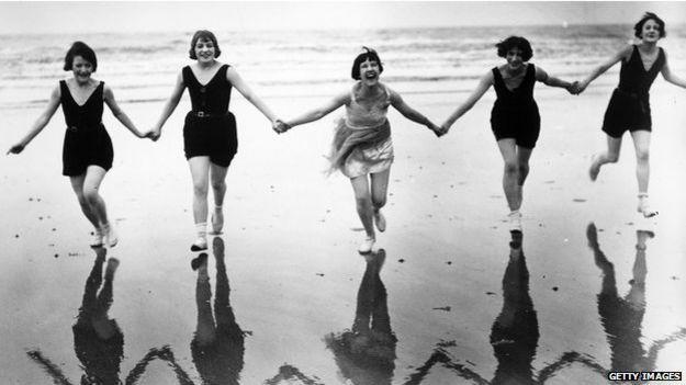 jóvenes sonrientes en la playa