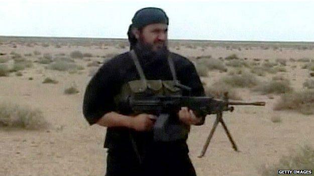 Militante de Estado Islámico disparando un arma