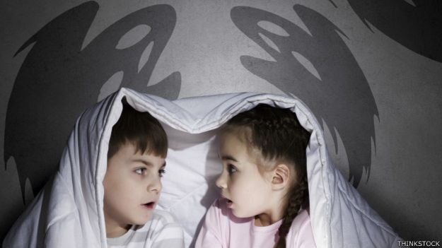 Niños leen un cuento de espantos