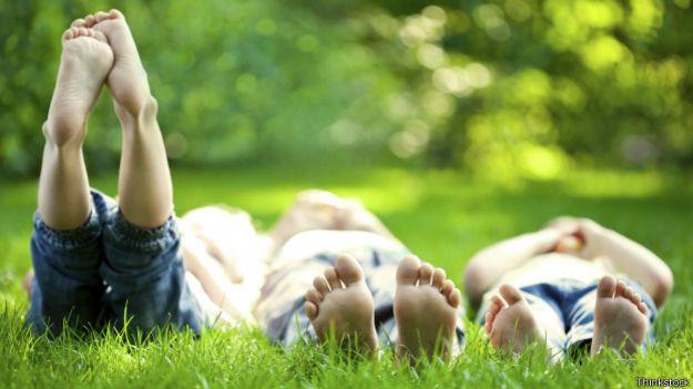 Niños descalzos sobre la hierba