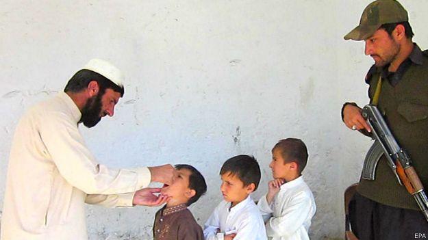 Vacunación contra la polio con escolta armada