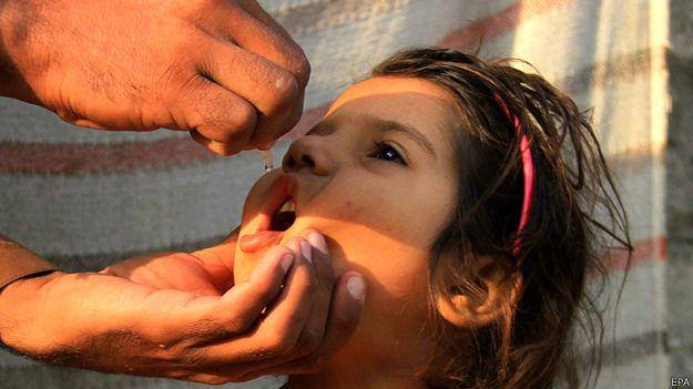 Niña siendo vacunada contra la polio en Pakistán