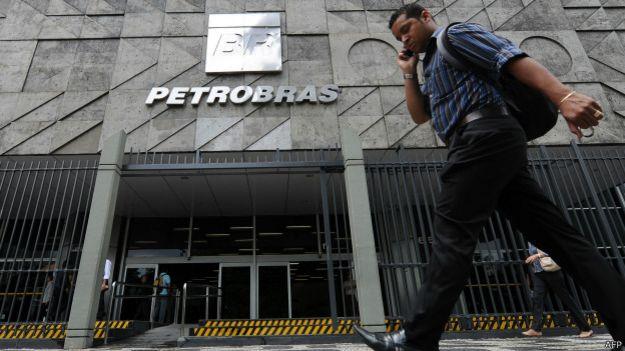 Un peatón pasa frente a la sede de Petrobras en Río de Janeiro