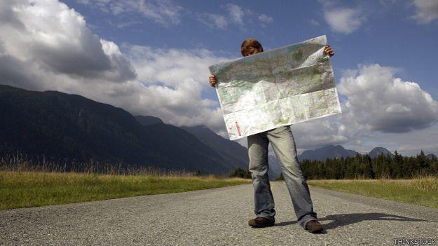 Hombre mirando un mapa