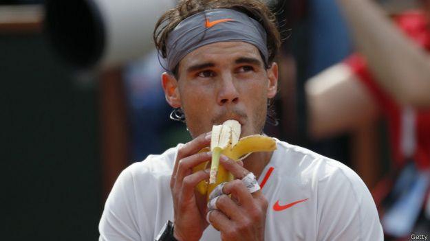 El tenista español Rafael Nadal se come una banana