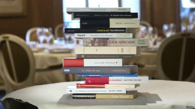Libros apilados en una mesa