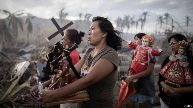 Sobrevivientes del tifón Haiyán durante una procesión religiosa