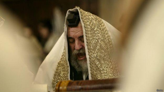 Un rabino lee durante las festividades de Purim