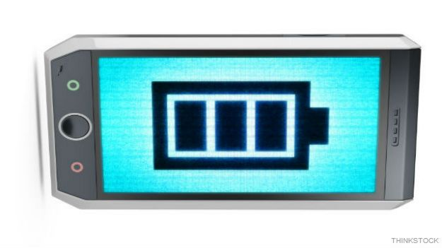 Teléfono celular con dibujo de batería en la pantalla