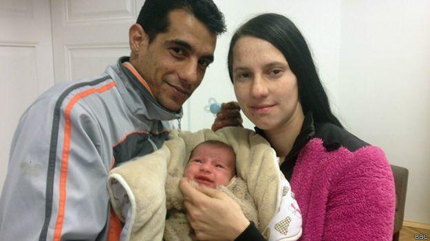 Rikardo junto a su padres Peter y Sylvia