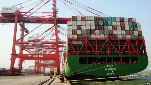 Barco de carga en puerto chino