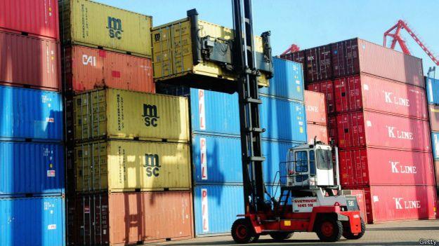 Moviendo contenedores en un puerto de carga chino