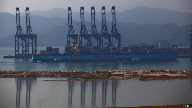Grúas en la distancia de un puerto chino