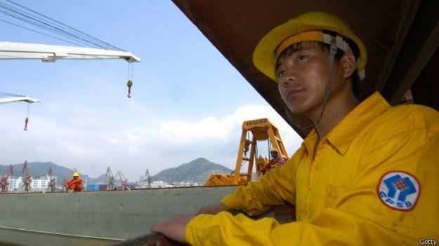 Trabajador en un puerto chino