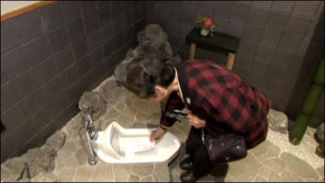 Женщина в святом туалете