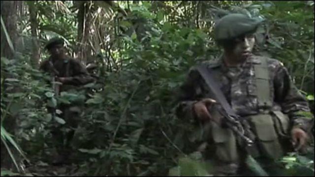 Солдаты на поисках наркодельцов в районе Петен в джунглях Гватемалы