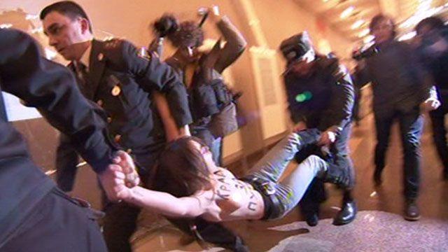 Активистку ФЕМЕН задерживает российская полиция.